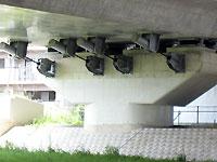 302号線と高速道路の橋桁部分_s