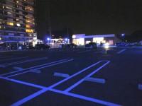青い光の駐車場