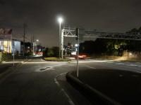 細長く照らす街灯