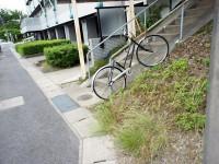 斜面に止まった自転車