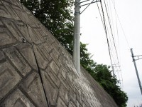 壁に埋まった電柱