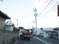 街を走るトラクター